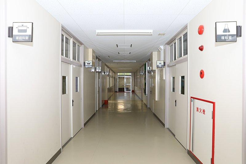 廊下には防犯ブザーや刺股が備えられている
