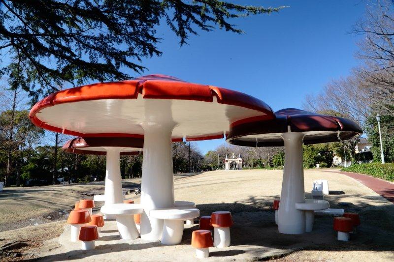 キノコ型の東屋がユニークな「加家公園」