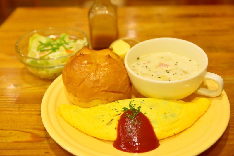日替わりのオムレツ、サラダ、スープ、パンが付いたブランチセット