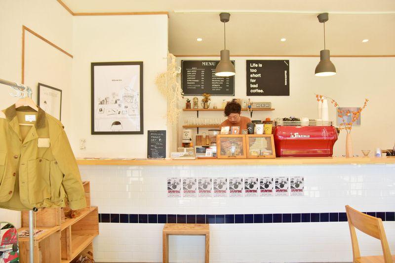 訪れる客を見ながら、コーヒーの淹れ方を調整してくれるオーナー渡部さん