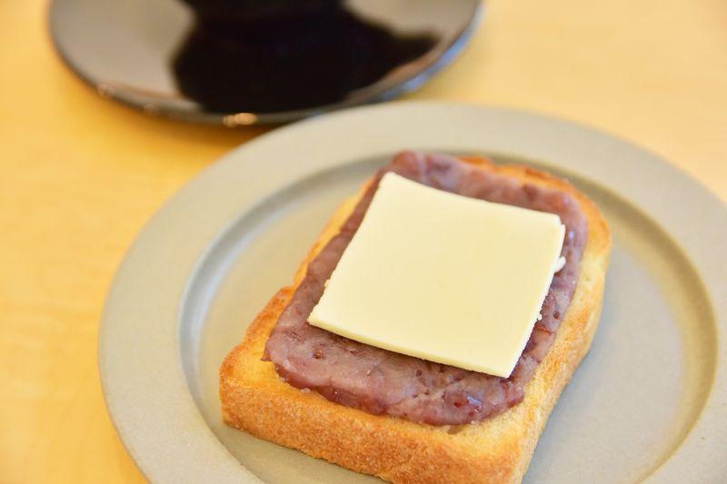 薄くスライスされたバターが乗ったあんバタートースト